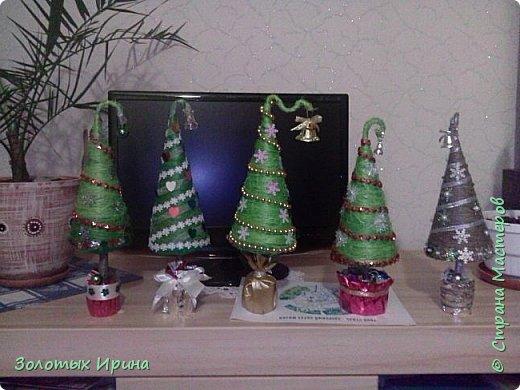 Елочка выполнена из шишек с добавлением элементов декора.. фото 4