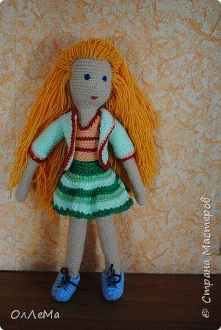 Вязаная куколка, высота 35 сантиметров, вся одежда снимается, волосы можно заплетать. Пряжа для детских вещей, наполнитель - синтепух или синтепон. фото 4