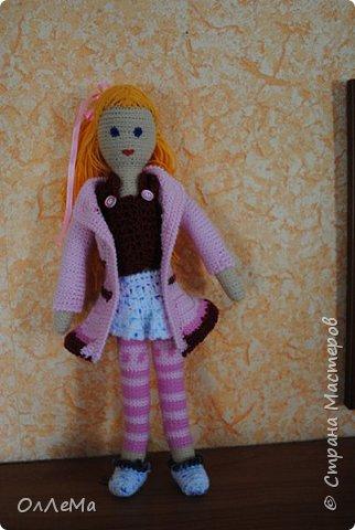 Вязаная куколка, высота 35 сантиметров, вся одежда снимается, волосы можно заплетать. Пряжа для детских вещей, наполнитель - синтепух или синтепон. фото 1