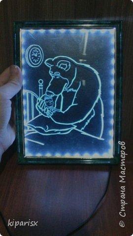 Лунный кошарик ))  Картина с подсветкой, можно использовать как ночник. По краю рамки внутри проклеена светодиодная лента, к ней припаен зарядник от старого мобильника. Задняя часть сделана из панели мдф. В качестве фона использовался цветной картон тёмных тонов. фото 3