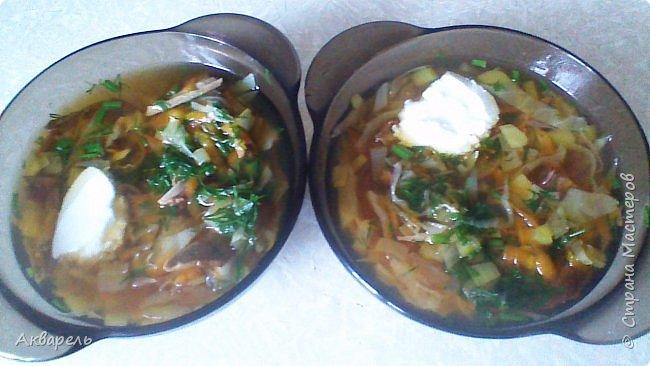 Этот салатик, действительно низкокалорийный (85-90ккал на порцию), подойдет и постящимся и тем кто следит за количеством употребляемых калорий. Я его ем как второе блюдо после такого же «сытного» супа. На 200 грамм салата (одна порция) надо, две тушки отварного кальмара ( покупаю не варенные, не чищенные, отвариваю сама), огурец примерно на сто грамм, немножко зелени (лучка, укропа),  и без нее можно. Для заправки чайная ложка оливкового масла и сок лимона. Вот и все ингредиенты. Можно взять ложечку сметаны или йогурта для заправки. На свой вкус. Соль тоже на вкус. Я ем без соли всё. Привыкла. С маслом тоже не усердствуйте, это обман себя, что растительное масло постное и совсем как бы не калорийное, даже сливочное менее калорийное, чем растительное. Если интересно, то калорий в нем 899. И жаря, туша в нем всякие продукты, в том числе и овощи, мы очень заблуждаемся, что будет у нас очень диетически. Кто на диете то чайная ложка в день. А кто постится, то в дни послабления поста. Продукты мелко режем, смешиваем, заправляем и кушаем с аппетитом. Это сытно, до ужина можно и без полдника обойтись.   фото 2