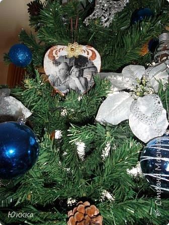 Новый год давно прошел и надо подбирать идеи для нового года Петуха, но хочу поделиться это я первый раз использовала эту технику (перевод распечатки лицом в лак) в данном случае это фото. На деревянной  заготовке в виде сердца сделала вот так подвеску. На елке они смотрелись не плохо. Мне это прием понравился.