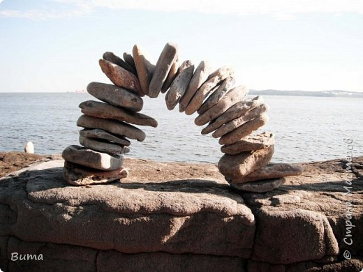 Хорошо летом у моря. Можно строить всякую ерунду из камней. фото 1