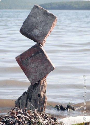 Хорошо летом у моря. Можно строить всякую ерунду из камней. фото 3