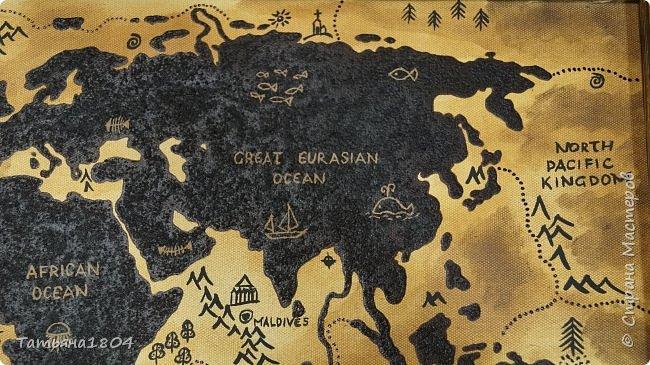 """Карта """"Мир наоборот"""" (вместо воды - суша, вместо суши - вода). Размер вместе с рамкой 72х50 см. Полностью написана вручную (акрил, кофе), материки из кофейной гущи, рамка - обжиг и брашировка. фото 5"""