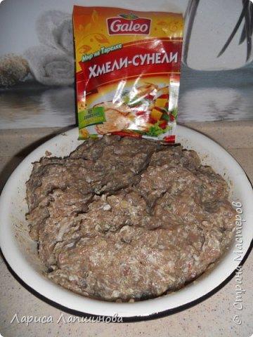 Дорогие мастера, сегодня мы с вами будем готовить ХИНКАЛИ. Хинкали это блюдо грузинской национальной кухни. Готовится оно из теста ( вода, мука, яйца, соль) и мясного фарша. Итак нам потребуется: Для теста: 4 стакана муки 1 стакан минеральной воды 1\3 стакана подсолнечного масла 2 яйца соль по вкусу  Для начинки: 200г баранины 200г свинины 200г говядины. 1 стакан ледяной воды 2 большие луковицы Приправы: черный молотый перец, кориандр, соль по вкусу. Я еще добавила хмели-сунели.  фото 2