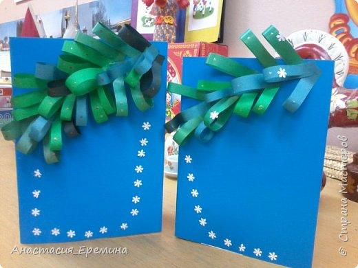 """Цель: Создать у детей интерес к образу снеговика. Научить различать предметы по размеру (большой, поменьше ,маленький). Закреплять знание формы - круг, многоугольник. Закрепить навыки пользования ножницами. Научить аккуратно набирать клей на кисть.  Материал: Игрушка Снеговик. Трафареты-снеговики, трафареты """"ведра"""", """"шарфа"""" и облаков. Картон для фона. Клей, кисть для клея  Предварительная работа: Игры со снегом,  лепка снежных комочков, лепка снеговика, рассматривание иллюстраций. фото 2"""