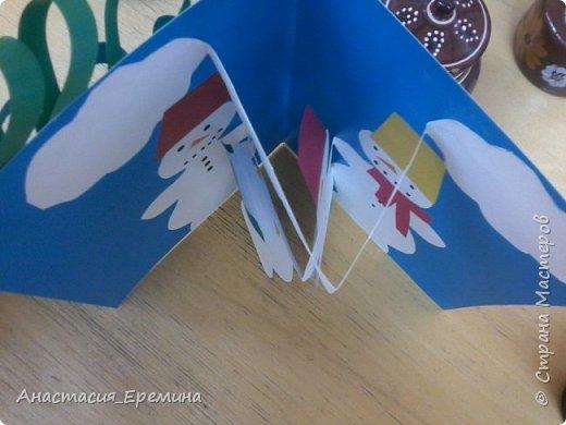 """Цель: Создать у детей интерес к образу снеговика. Научить различать предметы по размеру (большой, поменьше ,маленький). Закреплять знание формы - круг, многоугольник. Закрепить навыки пользования ножницами. Научить аккуратно набирать клей на кисть.  Материал: Игрушка Снеговик. Трафареты-снеговики, трафареты """"ведра"""", """"шарфа"""" и облаков. Картон для фона. Клей, кисть для клея  Предварительная работа: Игры со снегом,  лепка снежных комочков, лепка снеговика, рассматривание иллюстраций. фото 5"""