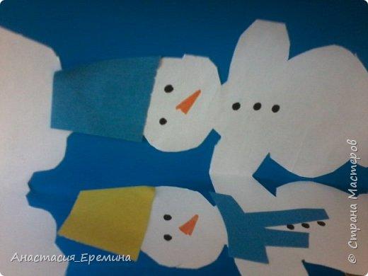 """Цель: Создать у детей интерес к образу снеговика. Научить различать предметы по размеру (большой, поменьше ,маленький). Закреплять знание формы - круг, многоугольник. Закрепить навыки пользования ножницами. Научить аккуратно набирать клей на кисть.  Материал: Игрушка Снеговик. Трафареты-снеговики, трафареты """"ведра"""", """"шарфа"""" и облаков. Картон для фона. Клей, кисть для клея  Предварительная работа: Игры со снегом,  лепка снежных комочков, лепка снеговика, рассматривание иллюстраций. фото 6"""