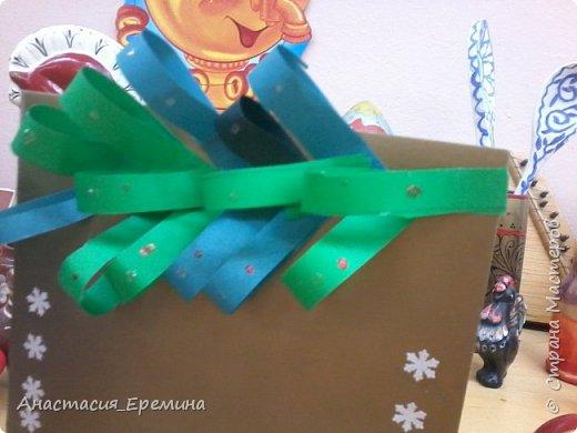 """Цель: Создать у детей интерес к образу снеговика. Научить различать предметы по размеру (большой, поменьше ,маленький). Закреплять знание формы - круг, многоугольник. Закрепить навыки пользования ножницами. Научить аккуратно набирать клей на кисть.  Материал: Игрушка Снеговик. Трафареты-снеговики, трафареты """"ведра"""", """"шарфа"""" и облаков. Картон для фона. Клей, кисть для клея  Предварительная работа: Игры со снегом,  лепка снежных комочков, лепка снеговика, рассматривание иллюстраций. фото 3"""