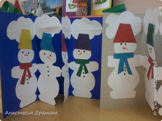 """Цель: Создать у детей интерес к образу снеговика. Научить различать предметы по размеру (большой, поменьше ,маленький). Закреплять знание формы - круг, многоугольник. Закрепить навыки пользования ножницами. Научить аккуратно набирать клей на кисть.  Материал: Игрушка Снеговик. Трафареты-снеговики, трафареты """"ведра"""", """"шарфа"""" и облаков. Картон для фона. Клей, кисть для клея  Предварительная работа: Игры со снегом,  лепка снежных комочков, лепка снеговика, рассматривание иллюстраций. фото 7"""
