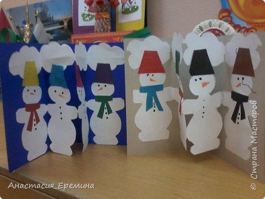 """Цель: Создать у детей интерес к образу снеговика. Научить различать предметы по размеру (большой, поменьше ,маленький). Закреплять знание формы - круг, многоугольник. Закрепить навыки пользования ножницами. Научить аккуратно набирать клей на кисть.  Материал: Игрушка Снеговик. Трафареты-снеговики, трафареты """"ведра"""", """"шарфа"""" и облаков. Картон для фона. Клей, кисть для клея  Предварительная работа: Игры со снегом,  лепка снежных комочков, лепка снеговика, рассматривание иллюстраций. фото 1"""