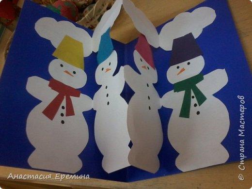 """Цель: Создать у детей интерес к образу снеговика. Научить различать предметы по размеру (большой, поменьше ,маленький). Закреплять знание формы - круг, многоугольник. Закрепить навыки пользования ножницами. Научить аккуратно набирать клей на кисть.  Материал: Игрушка Снеговик. Трафареты-снеговики, трафареты """"ведра"""", """"шарфа"""" и облаков. Картон для фона. Клей, кисть для клея  Предварительная работа: Игры со снегом,  лепка снежных комочков, лепка снеговика, рассматривание иллюстраций. фото 4"""