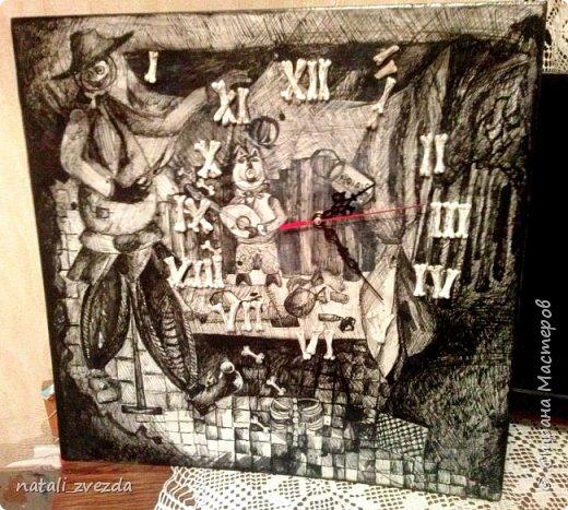 """Это подарок на 60-летие . У сестры в котедже подвал, как мастерская, закаточная и т.д. Заказали часы. Очень им понравилсь """"Время красного"""" http://stranamasterov.ru/node/1013499. Просили что-то в этом роде. Подходящую нашли картину. Нарисована племянницей сестры. Она учится в художественной школе.К ней придумали из соленого теста цифры-кости. На картине есть косточки . И вот получилось."""
