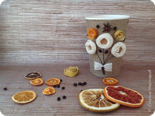 Здравствуйте, дорогие соседи!  Хочу показать вам несколько баночек, которые получились практически случайно. К новому году осуществила давнее желание насушить цитрусовых для разных декоративных целей. Процесс достаточно нудный, но результат очень порадовал - красивейшие кружочки апельсинов, мандаринов, лимонов и грейпфрутов! Получив такое сокровище, задумалась, а как же его хранить. Ответом стали баночки из под чипсов и стакан из под поп-корна, которые внутренний хомяк в своё время припрятал. Апельсины прекрасно уместились в чипсовые банки, а грейпфруты в поп-корновую. Но банки были нехороши! Хотелось красоты не только внутри банок, но и снаружи..... Как всегда..... А Муза не приходила.... Для стимуляции достала шпагат, бадьян, кофе, кружево, цитрусовые чипсы. И муза не смогла устоять - явилась! фото 3