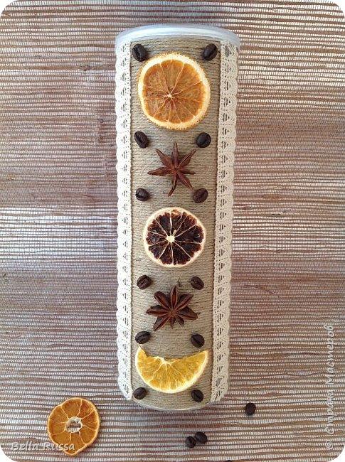Здравствуйте, дорогие соседи!  Хочу показать вам несколько баночек, которые получились практически случайно. К новому году осуществила давнее желание насушить цитрусовых для разных декоративных целей. Процесс достаточно нудный, но результат очень порадовал - красивейшие кружочки апельсинов, мандаринов, лимонов и грейпфрутов! Получив такое сокровище, задумалась, а как же его хранить. Ответом стали баночки из под чипсов и стакан из под поп-корна, которые внутренний хомяк в своё время припрятал. Апельсины прекрасно уместились в чипсовые банки, а грейпфруты в поп-корновую. Но банки были нехороши! Хотелось красоты не только внутри банок, но и снаружи..... Как всегда..... А Муза не приходила.... Для стимуляции достала шпагат, бадьян, кофе, кружево, цитрусовые чипсы. И муза не смогла устоять - явилась! фото 4