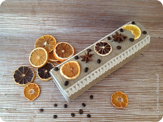 Здравствуйте, дорогие соседи!  Хочу показать вам несколько баночек, которые получились практически случайно. К новому году осуществила давнее желание насушить цитрусовых для разных декоративных целей. Процесс достаточно нудный, но результат очень порадовал - красивейшие кружочки апельсинов, мандаринов, лимонов и грейпфрутов! Получив такое сокровище, задумалась, а как же его хранить. Ответом стали баночки из под чипсов и стакан из под поп-корна, которые внутренний хомяк в своё время припрятал. Апельсины прекрасно уместились в чипсовые банки, а грейпфруты в поп-корновую. Но банки были нехороши! Хотелось красоты не только внутри банок, но и снаружи..... Как всегда..... А Муза не приходила.... Для стимуляции достала шпагат, бадьян, кофе, кружево, цитрусовые чипсы. И муза не смогла устоять - явилась! фото 5