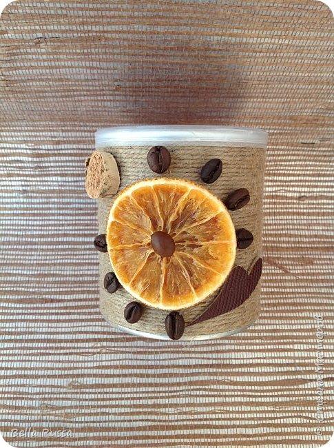 Здравствуйте, дорогие соседи!  Хочу показать вам несколько баночек, которые получились практически случайно. К новому году осуществила давнее желание насушить цитрусовых для разных декоративных целей. Процесс достаточно нудный, но результат очень порадовал - красивейшие кружочки апельсинов, мандаринов, лимонов и грейпфрутов! Получив такое сокровище, задумалась, а как же его хранить. Ответом стали баночки из под чипсов и стакан из под поп-корна, которые внутренний хомяк в своё время припрятал. Апельсины прекрасно уместились в чипсовые банки, а грейпфруты в поп-корновую. Но банки были нехороши! Хотелось красоты не только внутри банок, но и снаружи..... Как всегда..... А Муза не приходила.... Для стимуляции достала шпагат, бадьян, кофе, кружево, цитрусовые чипсы. И муза не смогла устоять - явилась! фото 6
