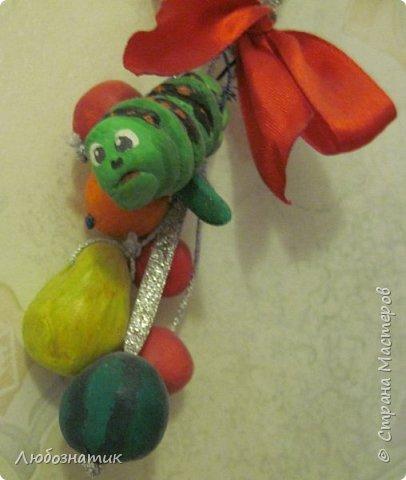 Здравствуйте! Представляю вашему вниманию поделки, которые заказала моя дочка.   № 1 - это ёлочная игрушка. В одну веточку собраны мини арбуз, груша, апельсин, яблоки и гусеница Махаона. Вот такая весёлая идея :-)  фото 3