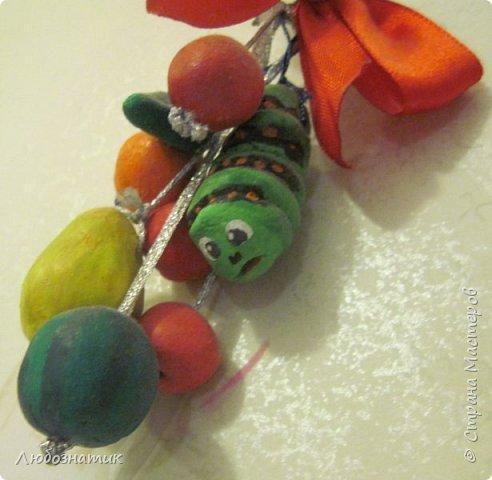 Здравствуйте! Представляю вашему вниманию поделки, которые заказала моя дочка.   № 1 - это ёлочная игрушка. В одну веточку собраны мини арбуз, груша, апельсин, яблоки и гусеница Махаона. Вот такая весёлая идея :-)  фото 2