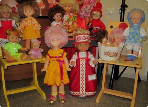 """Здравствуйте, дорогие друзья!!! Я к вам с давно обещанным фотоотчётом) Ещё две недели назад в нашем Центре национальных культур открылась выставка """"Кукольный вернисаж"""", на которой представлены различные куклы - от советских до современных, выполненные в различных техниках. Мне, конечно, не терпелось сразу поделиться с вами своими эмоциями от увиденного, но на следующий день после открытия выставки мы всей семьёй уехали на каникулы в Сыктывкар, поэтому фотоотчёт сразу не получилось сделать, вот только сегодня до него добрались руки))))) фото 10"""