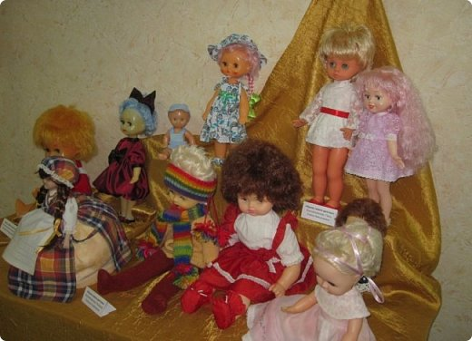 """Здравствуйте, дорогие друзья!!! Я к вам с давно обещанным фотоотчётом) Ещё две недели назад в нашем Центре национальных культур открылась выставка """"Кукольный вернисаж"""", на которой представлены различные куклы - от советских до современных, выполненные в различных техниках. Мне, конечно, не терпелось сразу поделиться с вами своими эмоциями от увиденного, но на следующий день после открытия выставки мы всей семьёй уехали на каникулы в Сыктывкар, поэтому фотоотчёт сразу не получилось сделать, вот только сегодня до него добрались руки))))) фото 12"""