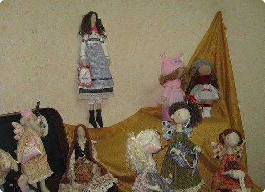 """Здравствуйте, дорогие друзья!!! Я к вам с давно обещанным фотоотчётом) Ещё две недели назад в нашем Центре национальных культур открылась выставка """"Кукольный вернисаж"""", на которой представлены различные куклы - от советских до современных, выполненные в различных техниках. Мне, конечно, не терпелось сразу поделиться с вами своими эмоциями от увиденного, но на следующий день после открытия выставки мы всей семьёй уехали на каникулы в Сыктывкар, поэтому фотоотчёт сразу не получилось сделать, вот только сегодня до него добрались руки))))) фото 18"""
