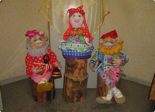 """Здравствуйте, дорогие друзья!!! Я к вам с давно обещанным фотоотчётом) Ещё две недели назад в нашем Центре национальных культур открылась выставка """"Кукольный вернисаж"""", на которой представлены различные куклы - от советских до современных, выполненные в различных техниках. Мне, конечно, не терпелось сразу поделиться с вами своими эмоциями от увиденного, но на следующий день после открытия выставки мы всей семьёй уехали на каникулы в Сыктывкар, поэтому фотоотчёт сразу не получилось сделать, вот только сегодня до него добрались руки))))) фото 28"""