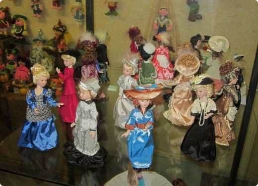 """Здравствуйте, дорогие друзья!!! Я к вам с давно обещанным фотоотчётом) Ещё две недели назад в нашем Центре национальных культур открылась выставка """"Кукольный вернисаж"""", на которой представлены различные куклы - от советских до современных, выполненные в различных техниках. Мне, конечно, не терпелось сразу поделиться с вами своими эмоциями от увиденного, но на следующий день после открытия выставки мы всей семьёй уехали на каникулы в Сыктывкар, поэтому фотоотчёт сразу не получилось сделать, вот только сегодня до него добрались руки))))) фото 40"""