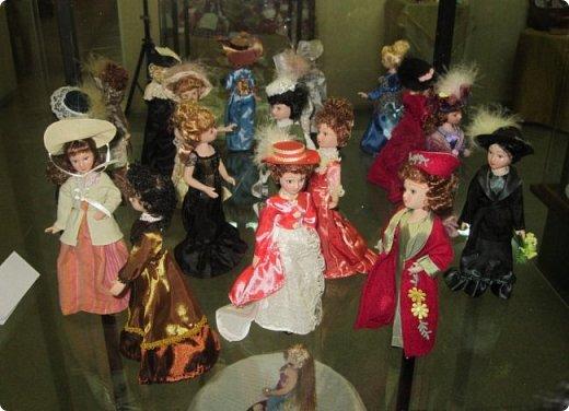 """Здравствуйте, дорогие друзья!!! Я к вам с давно обещанным фотоотчётом) Ещё две недели назад в нашем Центре национальных культур открылась выставка """"Кукольный вернисаж"""", на которой представлены различные куклы - от советских до современных, выполненные в различных техниках. Мне, конечно, не терпелось сразу поделиться с вами своими эмоциями от увиденного, но на следующий день после открытия выставки мы всей семьёй уехали на каникулы в Сыктывкар, поэтому фотоотчёт сразу не получилось сделать, вот только сегодня до него добрались руки))))) фото 42"""
