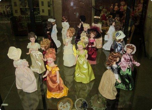 """Здравствуйте, дорогие друзья!!! Я к вам с давно обещанным фотоотчётом) Ещё две недели назад в нашем Центре национальных культур открылась выставка """"Кукольный вернисаж"""", на которой представлены различные куклы - от советских до современных, выполненные в различных техниках. Мне, конечно, не терпелось сразу поделиться с вами своими эмоциями от увиденного, но на следующий день после открытия выставки мы всей семьёй уехали на каникулы в Сыктывкар, поэтому фотоотчёт сразу не получилось сделать, вот только сегодня до него добрались руки))))) фото 55"""