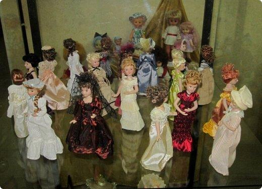 """Здравствуйте, дорогие друзья!!! Я к вам с давно обещанным фотоотчётом) Ещё две недели назад в нашем Центре национальных культур открылась выставка """"Кукольный вернисаж"""", на которой представлены различные куклы - от советских до современных, выполненные в различных техниках. Мне, конечно, не терпелось сразу поделиться с вами своими эмоциями от увиденного, но на следующий день после открытия выставки мы всей семьёй уехали на каникулы в Сыктывкар, поэтому фотоотчёт сразу не получилось сделать, вот только сегодня до него добрались руки))))) фото 56"""