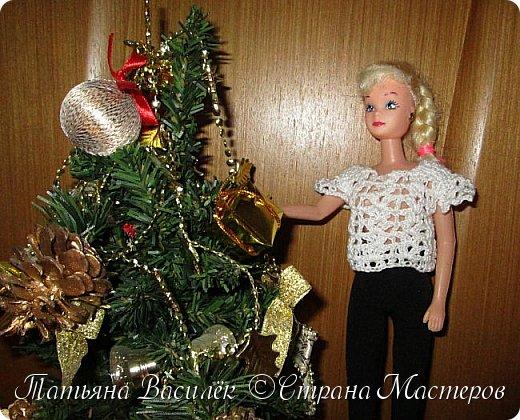 Такой прекрасный новогодний подарок получила моя доченька от своей Феи - Крёстной:)  Красивые наряды для кукол!  Связали и сшили их золотые руки замечательной мастерицы - мамочки нашей крёстной.  Огромное ей сердечное спасибо за эту рукотворную красоту - дочка была в восторге:)  Можно сказать, что это двойной подарок:)) (Подарок ещё и мне - огромная подмога кукольному гардеробу, до которого не всегда мои руки доходят:))) фото 2