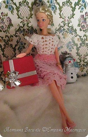 Такой прекрасный новогодний подарок получила моя доченька от своей Феи - Крёстной:)  Красивые наряды для кукол!  Связали и сшили их золотые руки замечательной мастерицы - мамочки нашей крёстной.  Огромное ей сердечное спасибо за эту рукотворную красоту - дочка была в восторге:)  Можно сказать, что это двойной подарок:)) (Подарок ещё и мне - огромная подмога кукольному гардеробу, до которого не всегда мои руки доходят:))) фото 4