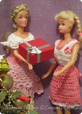 Такой прекрасный новогодний подарок получила моя доченька от своей Феи - Крёстной:)  Красивые наряды для кукол!  Связали и сшили их золотые руки замечательной мастерицы - мамочки нашей крёстной.  Огромное ей сердечное спасибо за эту рукотворную красоту - дочка была в восторге:)  Можно сказать, что это двойной подарок:)) (Подарок ещё и мне - огромная подмога кукольному гардеробу, до которого не всегда мои руки доходят:))) фото 1