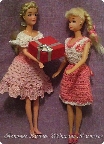 Такой прекрасный новогодний подарок получила моя доченька от своей Феи - Крёстной:)  Красивые наряды для кукол!  Связали и сшили их золотые руки замечательной мастерицы - мамочки нашей крёстной.  Огромное ей сердечное спасибо за эту рукотворную красоту - дочка была в восторге:)  Можно сказать, что это двойной подарок:)) (Подарок ещё и мне - огромная подмога кукольному гардеробу, до которого не всегда мои руки доходят:))) фото 9