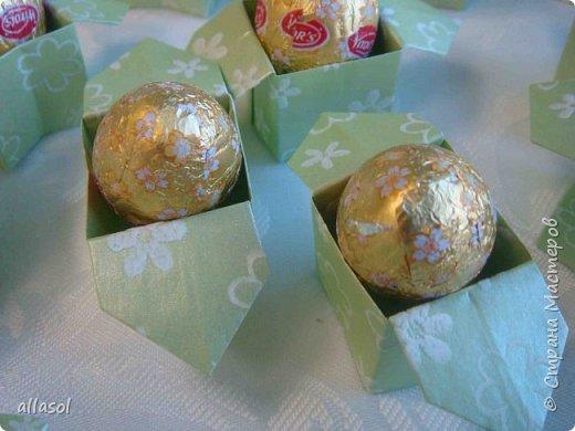 В нашей семье есть и католики, и православные, и староверы. С уважением относимся к традициям и праздникам всех. Для внучки сделала упаковочки для шоколадных яиц. Это всем известная классическая коробочка Санбо, выполненная в технике оригами.   фото 3