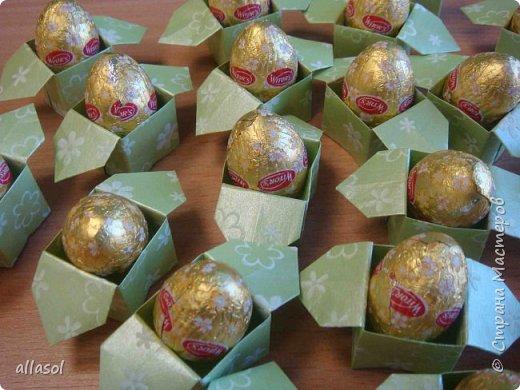 В нашей семье есть и католики, и православные, и староверы. С уважением относимся к традициям и праздникам всех. Для внучки сделала упаковочки для шоколадных яиц. Это всем известная классическая коробочка Санбо, выполненная в технике оригами.   фото 2