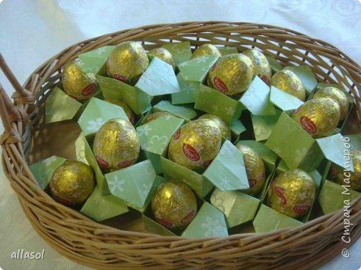 В нашей семье есть и католики, и православные, и староверы. С уважением относимся к традициям и праздникам всех. Для внучки сделала упаковочки для шоколадных яиц. Это всем известная классическая коробочка Санбо, выполненная в технике оригами.   фото 1