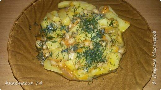 Очень простой и быстрый рецепт. В мультикарку/казан/сковороду кладем нарезанный репчатый лук и натертую морковь - немного тушин. Потом добавляем консервированную фасоль и порезанный картофель. Соль и перец по вкусу. Тушим до готовности и добавляем зелень. Точных пропорций нет - кому как нравится Приятного аппетита)