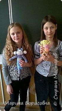 Каждый год в нашей школе проходит конкурс среди девочек 6-х классов. Конкурс делится на два этапа. Первый этап - каждой игрушке ( в этом годы это обезьянки) присваиваем номера, предлагаем всем детям и учителям проголосовать за лучшую игрушку. Второй этап - теоретический. Девочки набирают баллы, отвечая на вопросы по технологии. Затем мы все суммируем и выявляем победителей! Это тройка победителей ( справа налево) Дарья Дзень-1, Валерия Дурович-2, ГинейкоДарья-3 место. фото 6