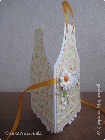 Здравствуй страна!!!Такая вот простенькая открыточка сотворилась для свекрови к 8 марта,но может кому пригодиться как у меня получилось оформить фартучек)))основа-акварельная бумага,бумага для скрапбукинга,ромашка.простые плоские цветочки,вощенный шнур,пуговички и немного кружева.Внутри-однотонная бумага для скрапбукинга. фото 2