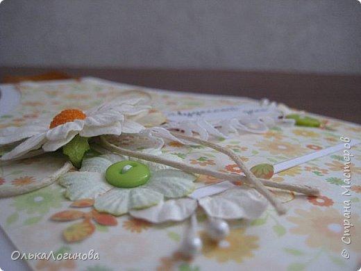 Здравствуй страна!!!Такая вот простенькая открыточка сотворилась для свекрови к 8 марта,но может кому пригодиться как у меня получилось оформить фартучек)))основа-акварельная бумага,бумага для скрапбукинга,ромашка.простые плоские цветочки,вощенный шнур,пуговички и немного кружева.Внутри-однотонная бумага для скрапбукинга. фото 5