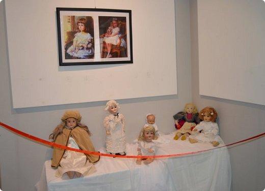 """И снова здравствуйте, дорогие друзья!!! Вчера мы прогулялись с вами по воркутинской выставке кукол (http://stranamasterov.ru/node/1017827), а сегодня я приглашаю вас в столицу нашей республики на выставку антикварных кукол 1830-1930-х годов из частной коллекции, которая разместилась в Центре культурных инициатив """"Югор"""".  Выставка """"Путешествие в мир кукол"""" - авторский проект искусствоведа и коллекционера Марины Политовой. Выставка насчитывает около 300 экспонатов, которые знакомят посетителей с типологией кукол, историей и этапами производства антикварной куклы в Европе и особенностями кукольного быта. Основная часть кукол на выставке немецкого производства, но также присутствуют куклы Франции, Англии, США, Японии и Китая. Интересной составляющей экспозиция является коллекция кукольной и детской одежды рубежа XIX-XX веков, старинная кукольная мебель и посуда.  фото 9"""