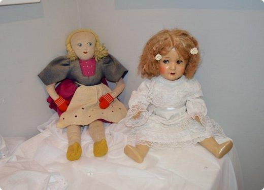 """И снова здравствуйте, дорогие друзья!!! Вчера мы прогулялись с вами по воркутинской выставке кукол (http://stranamasterov.ru/node/1017827), а сегодня я приглашаю вас в столицу нашей республики на выставку антикварных кукол 1830-1930-х годов из частной коллекции, которая разместилась в Центре культурных инициатив """"Югор"""".  Выставка """"Путешествие в мир кукол"""" - авторский проект искусствоведа и коллекционера Марины Политовой. Выставка насчитывает около 300 экспонатов, которые знакомят посетителей с типологией кукол, историей и этапами производства антикварной куклы в Европе и особенностями кукольного быта. Основная часть кукол на выставке немецкого производства, но также присутствуют куклы Франции, Англии, США, Японии и Китая. Интересной составляющей экспозиция является коллекция кукольной и детской одежды рубежа XIX-XX веков, старинная кукольная мебель и посуда.  фото 11"""