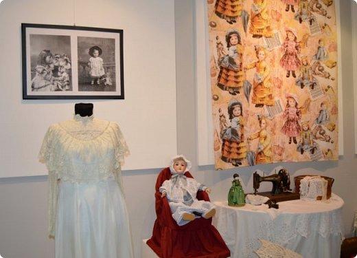 """И снова здравствуйте, дорогие друзья!!! Вчера мы прогулялись с вами по воркутинской выставке кукол (http://stranamasterov.ru/node/1017827), а сегодня я приглашаю вас в столицу нашей республики на выставку антикварных кукол 1830-1930-х годов из частной коллекции, которая разместилась в Центре культурных инициатив """"Югор"""".  Выставка """"Путешествие в мир кукол"""" - авторский проект искусствоведа и коллекционера Марины Политовой. Выставка насчитывает около 300 экспонатов, которые знакомят посетителей с типологией кукол, историей и этапами производства антикварной куклы в Европе и особенностями кукольного быта. Основная часть кукол на выставке немецкого производства, но также присутствуют куклы Франции, Англии, США, Японии и Китая. Интересной составляющей экспозиция является коллекция кукольной и детской одежды рубежа XIX-XX веков, старинная кукольная мебель и посуда.  фото 13"""