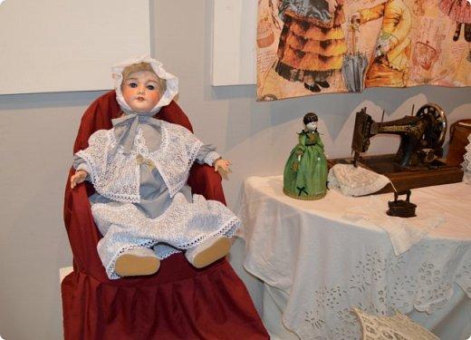 """И снова здравствуйте, дорогие друзья!!! Вчера мы прогулялись с вами по воркутинской выставке кукол (http://stranamasterov.ru/node/1017827), а сегодня я приглашаю вас в столицу нашей республики на выставку антикварных кукол 1830-1930-х годов из частной коллекции, которая разместилась в Центре культурных инициатив """"Югор"""".  Выставка """"Путешествие в мир кукол"""" - авторский проект искусствоведа и коллекционера Марины Политовой. Выставка насчитывает около 300 экспонатов, которые знакомят посетителей с типологией кукол, историей и этапами производства антикварной куклы в Европе и особенностями кукольного быта. Основная часть кукол на выставке немецкого производства, но также присутствуют куклы Франции, Англии, США, Японии и Китая. Интересной составляющей экспозиция является коллекция кукольной и детской одежды рубежа XIX-XX веков, старинная кукольная мебель и посуда.  фото 14"""