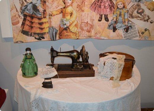 """И снова здравствуйте, дорогие друзья!!! Вчера мы прогулялись с вами по воркутинской выставке кукол (https://stranamasterov.ru/node/1017827), а сегодня я приглашаю вас в столицу нашей республики на выставку антикварных кукол 1830-1930-х годов из частной коллекции, которая разместилась в Центре культурных инициатив """"Югор"""".  Выставка """"Путешествие в мир кукол"""" - авторский проект искусствоведа и коллекционера Марины Политовой. Выставка насчитывает около 300 экспонатов, которые знакомят посетителей с типологией кукол, историей и этапами производства антикварной куклы в Европе и особенностями кукольного быта. Основная часть кукол на выставке немецкого производства, но также присутствуют куклы Франции, Англии, США, Японии и Китая. Интересной составляющей экспозиция является коллекция кукольной и детской одежды рубежа XIX-XX веков, старинная кукольная мебель и посуда.  фото 15"""