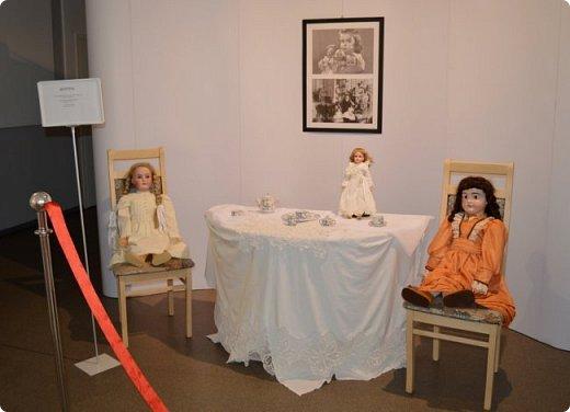 """И снова здравствуйте, дорогие друзья!!! Вчера мы прогулялись с вами по воркутинской выставке кукол (http://stranamasterov.ru/node/1017827), а сегодня я приглашаю вас в столицу нашей республики на выставку антикварных кукол 1830-1930-х годов из частной коллекции, которая разместилась в Центре культурных инициатив """"Югор"""".  Выставка """"Путешествие в мир кукол"""" - авторский проект искусствоведа и коллекционера Марины Политовой. Выставка насчитывает около 300 экспонатов, которые знакомят посетителей с типологией кукол, историей и этапами производства антикварной куклы в Европе и особенностями кукольного быта. Основная часть кукол на выставке немецкого производства, но также присутствуют куклы Франции, Англии, США, Японии и Китая. Интересной составляющей экспозиция является коллекция кукольной и детской одежды рубежа XIX-XX веков, старинная кукольная мебель и посуда.  фото 19"""