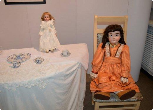 """И снова здравствуйте, дорогие друзья!!! Вчера мы прогулялись с вами по воркутинской выставке кукол (http://stranamasterov.ru/node/1017827), а сегодня я приглашаю вас в столицу нашей республики на выставку антикварных кукол 1830-1930-х годов из частной коллекции, которая разместилась в Центре культурных инициатив """"Югор"""".  Выставка """"Путешествие в мир кукол"""" - авторский проект искусствоведа и коллекционера Марины Политовой. Выставка насчитывает около 300 экспонатов, которые знакомят посетителей с типологией кукол, историей и этапами производства антикварной куклы в Европе и особенностями кукольного быта. Основная часть кукол на выставке немецкого производства, но также присутствуют куклы Франции, Англии, США, Японии и Китая. Интересной составляющей экспозиция является коллекция кукольной и детской одежды рубежа XIX-XX веков, старинная кукольная мебель и посуда.  фото 22"""
